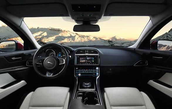 Jaguar XE 2018: ghế sau thích hợp cho trẻ và thú cưng - Ảnh 3.
