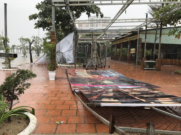 Đường ven biển Đà Nẵng tả tơi sau mưa lớn - Ảnh 4.
