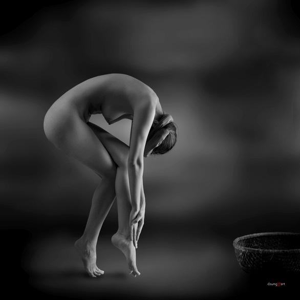 Người mẫu ảnh khỏa thân và thù lao qua tấm lưng trần - Ảnh 4.