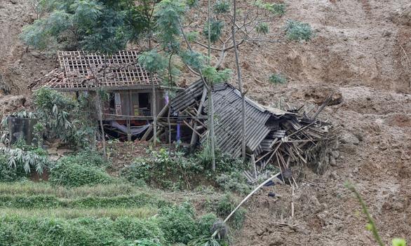 Cận cảnh hiện trường lở đất ở Hòa Bình, 18 người bị vùi lấp - Ảnh 6.