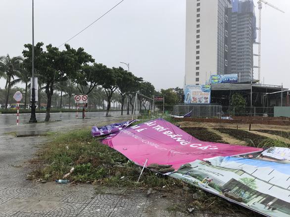Đường ven biển Đà Nẵng tả tơi sau mưa lớn - Ảnh 6.