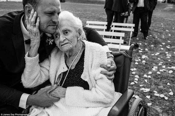 Chú rể gây chú ý với loạt ảnh tình cảm bên người bà 92 tuổi - Ảnh 3.