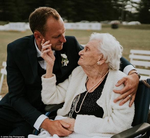 Chú rể gây chú ý với loạt ảnh tình cảm bên người bà 92 tuổi - Ảnh 1.