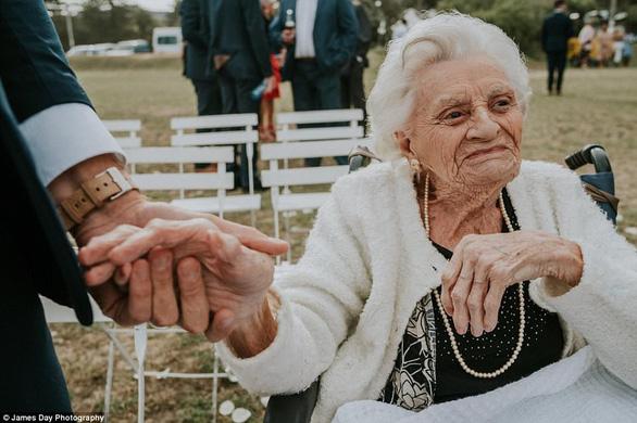 Chú rể gây chú ý với loạt ảnh tình cảm bên người bà 92 tuổi - Ảnh 2.