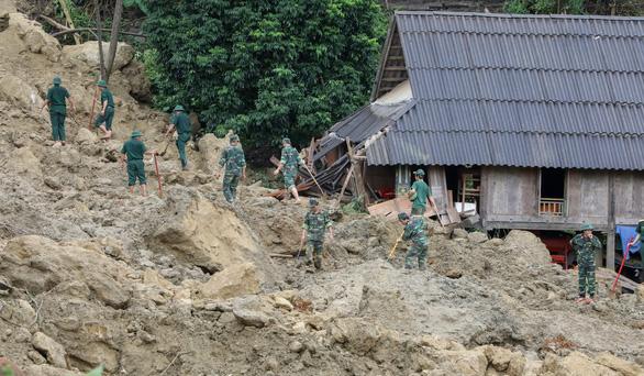 Cận cảnh hiện trường lở đất ở Hòa Bình, 18 người bị vùi lấp - Ảnh 7.