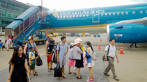 Máy bay của Vietnam Airlines bị chảy dầu thủy lực cột giảm chấn - Ảnh 1.