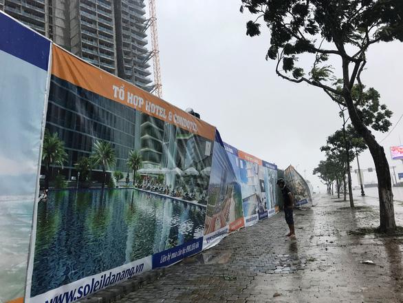 Đường ven biển Đà Nẵng tả tơi sau mưa lớn - Ảnh 5.