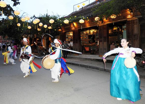 Múa cổ truyền Hàn Quốc trên đường phố Hội An - Ảnh 5.