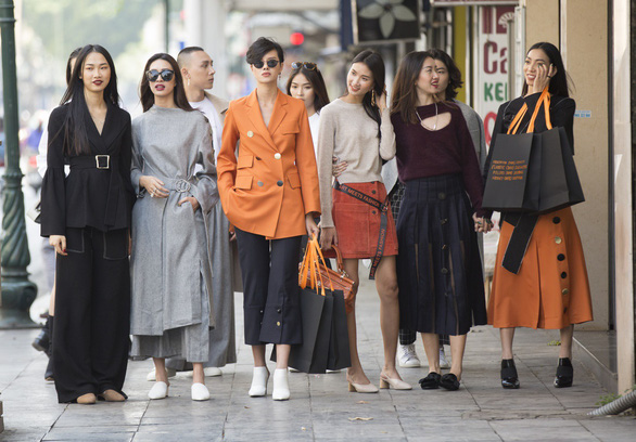 Thời trang đường phố độc lạ tại Vietnam International Fashion Week - Ảnh 1.