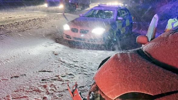 Du khách khổ sở vì bão tuyết ở Anh, Mỹ - Ảnh 5.
