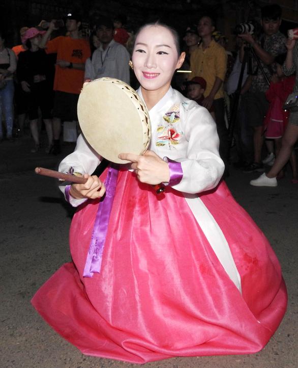 Múa cổ truyền Hàn Quốc trên đường phố Hội An - Ảnh 6.
