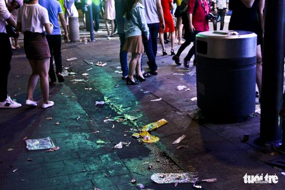 Phố đi bộ Nguyễn Huệ ngập rác đêm Noel - Ảnh 10.