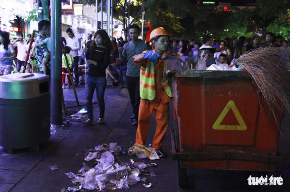 Phố đi bộ Nguyễn Huệ ngập rác đêm Noel - Ảnh 11.