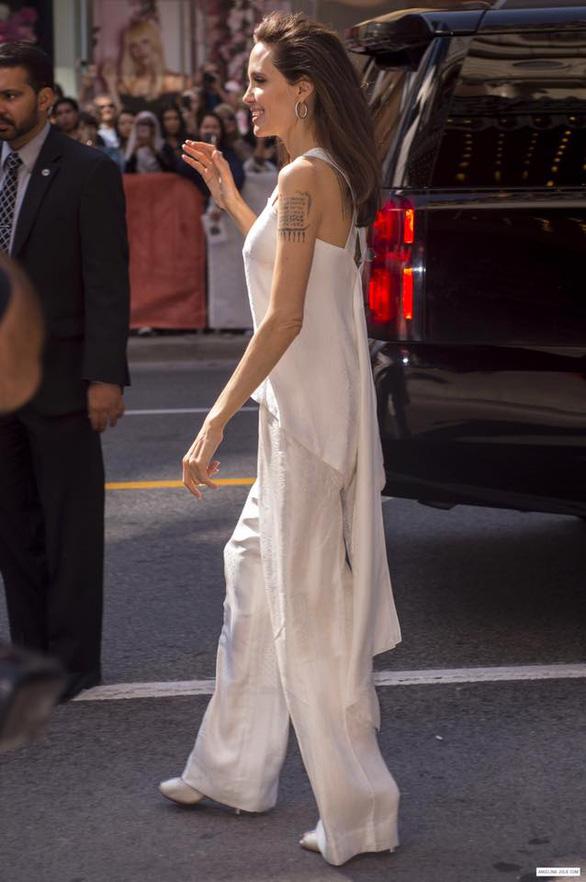 Bộ ảnh Angelina Jolie với thân hình cũng siêu ốm ở Toronto - Ảnh 11.