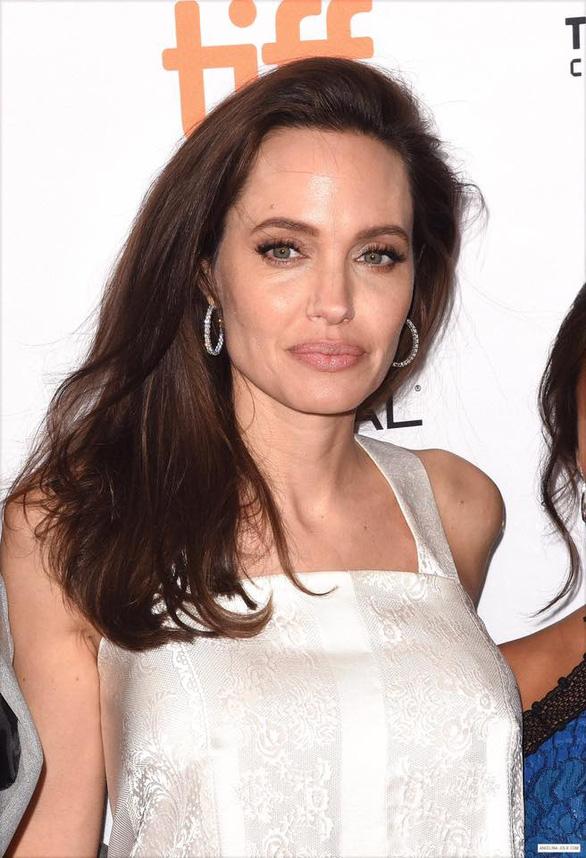 Bộ ảnh Angelina Jolie với thân hình cũng siêu ốm ở Toronto - Ảnh 7.