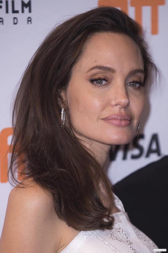 Bộ ảnh Angelina Jolie với thân hình cũng siêu ốm ở Toronto - Ảnh 12.