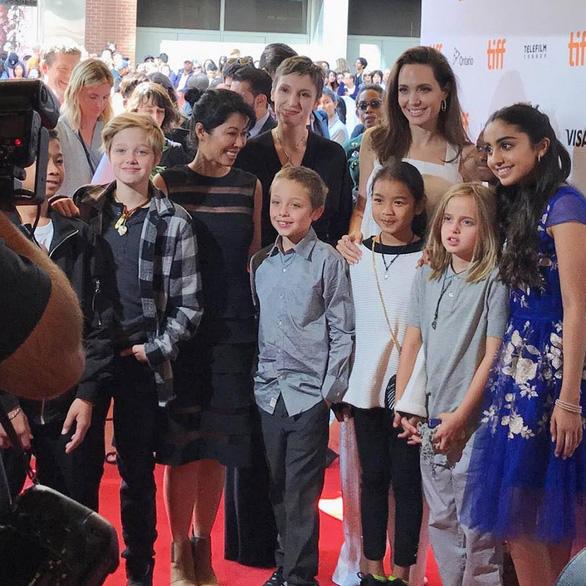 Bộ ảnh Angelina Jolie với thân hình cũng siêu ốm ở Toronto - Ảnh 9.