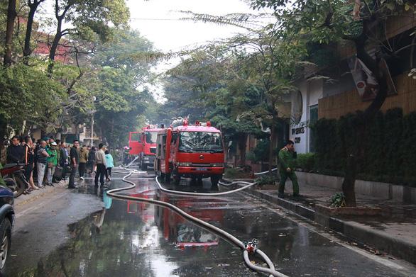 Bộ đội cùng cứu hỏa dập đám cháy quán cà phê ở Hà Nội - Ảnh 4.