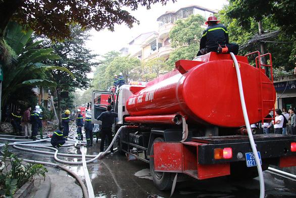 Bộ đội cùng cứu hỏa dập đám cháy quán cà phê ở Hà Nội - Ảnh 6.