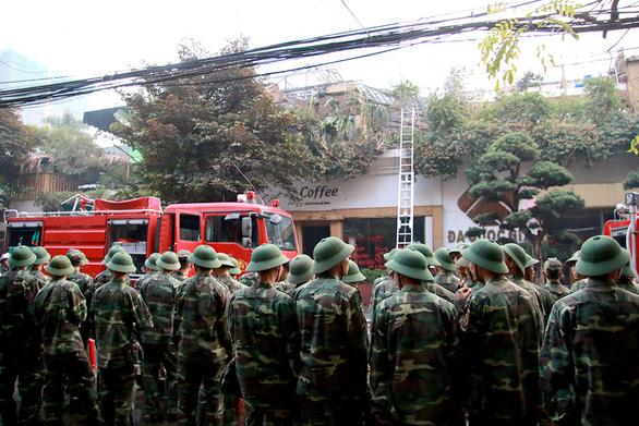 Bộ đội cùng cứu hỏa dập đám cháy quán cà phê ở Hà Nội - Ảnh 5.