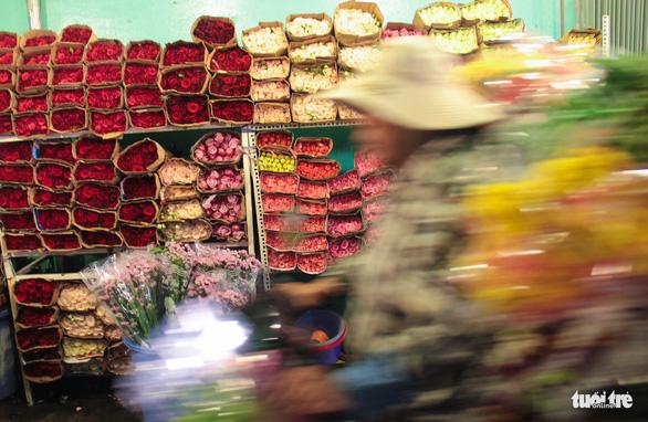 Chợ hoa lớn nhất Sài Gòn hối hả trước ngày 20-10 - Ảnh 4.