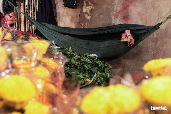 Chợ hoa lớn nhất Sài Gòn hối hả trước ngày 20-10 - Ảnh 15.