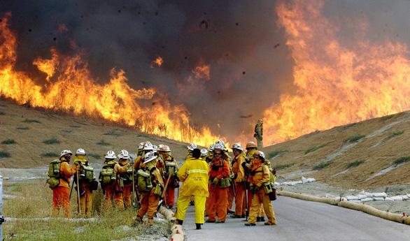4 ngày chìm trong biển lửa của California - Ảnh 10.