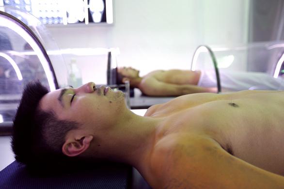Phim mới của Victor Vũ hé lộ ý tưởng từ ca ghép đầu đầu tiên - Ảnh 6.