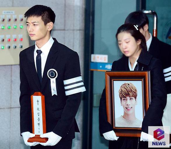 SHINee, SNSD, SJ thẫn thờ đưa tang Jonghyun - Ảnh 3.