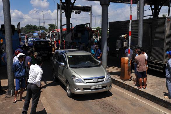 Tài xế buộc nhân viên thu phí nhận tiền lẻ, quốc lộ 1 kẹt cứng - Ảnh 7.
