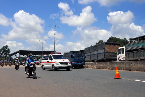 Tài xế buộc nhân viên thu phí nhận tiền lẻ, quốc lộ 1 kẹt cứng - Ảnh 8.