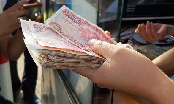 Tài xế buộc nhân viên thu phí nhận tiền lẻ, quốc lộ 1 kẹt cứng - Ảnh 10.