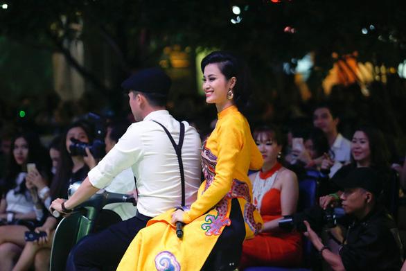 Đông Nhi mặc áo dài hát Ai yêu Cô Ba Sài Gòn! - Ảnh 1.