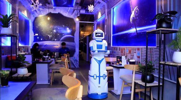 Nàng robot Made in Vietnam phục vụ trong quán cà phê - Ảnh 3.