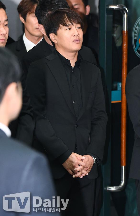 Song Joong Ki hoãn tuần trăng mật đến viếng Kim Joo Hyuk - Ảnh 3.