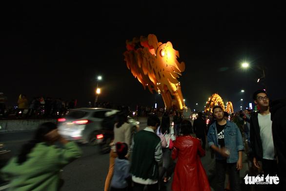 Đà Nẵng bắn pháo hoa sớm, Hà Nội người ken đặc quanh Hồ Gươm - Ảnh 2.