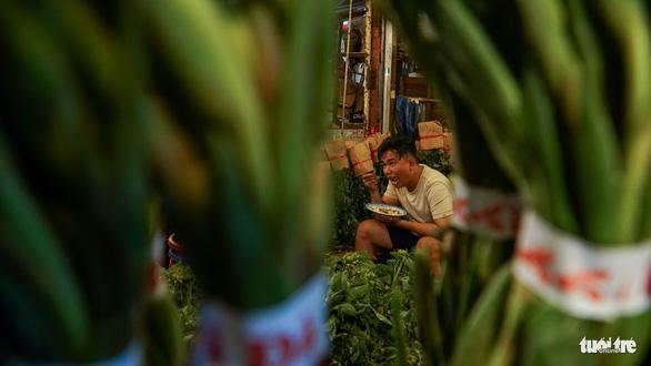 Chợ hoa lớn nhất Sài Gòn hối hả trước ngày 20-10 - Ảnh 14.