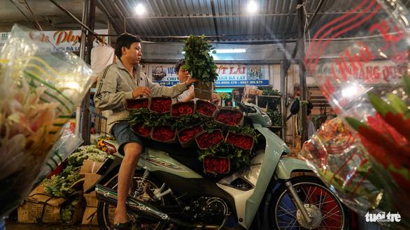Chợ hoa lớn nhất Sài Gòn hối hả trước ngày 20-10 - Ảnh 11.