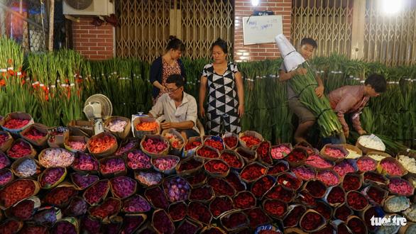 Chợ hoa lớn nhất Sài Gòn hối hả trước ngày 20-10 - Ảnh 8.