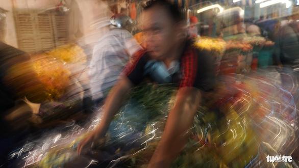 Chợ hoa lớn nhất Sài Gòn hối hả trước ngày 20-10 - Ảnh 10.