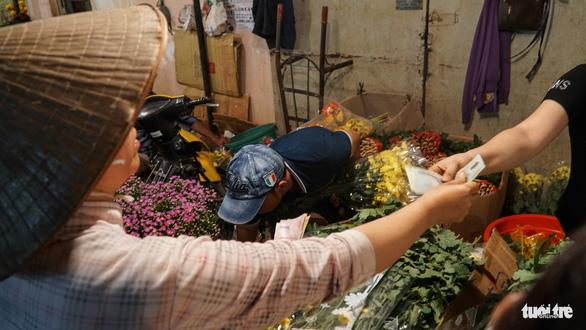 Chợ hoa lớn nhất Sài Gòn hối hả trước ngày 20-10 - Ảnh 6.