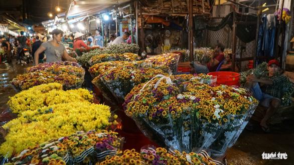 Chợ hoa lớn nhất Sài Gòn hối hả trước ngày 20-10 - Ảnh 3.