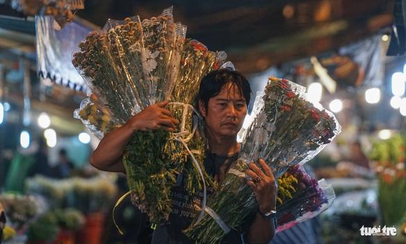 Chợ hoa lớn nhất Sài Gòn hối hả trước ngày 20-10 - Ảnh 12.