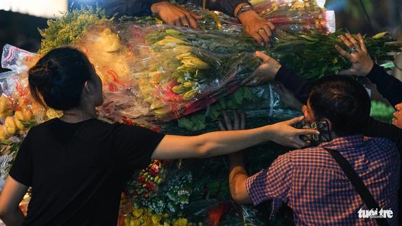 Chợ hoa lớn nhất Sài Gòn hối hả trước ngày 20-10 - Ảnh 9.