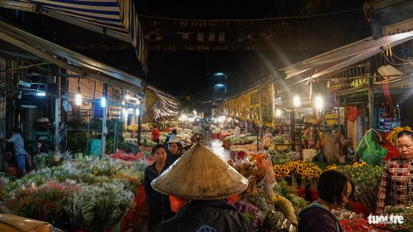 Chợ hoa lớn nhất Sài Gòn hối hả trước ngày 20-10 - Ảnh 2.