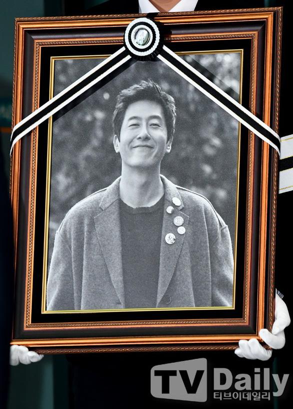Song Joong Ki hoãn tuần trăng mật đến viếng Kim Joo Hyuk - Ảnh 5.