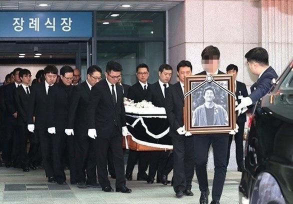 Song Joong Ki hoãn tuần trăng mật đến viếng Kim Joo Hyuk - Ảnh 6.
