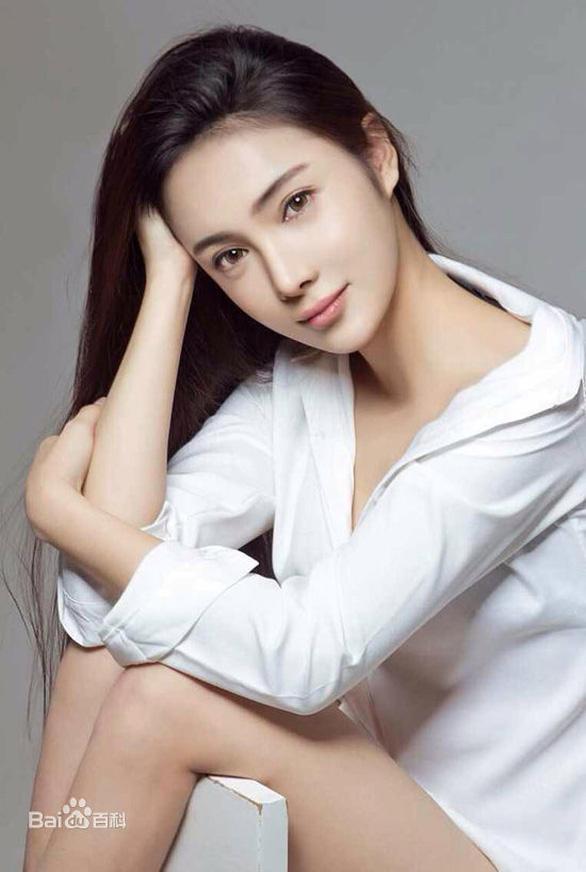 Nữ diễn viên Trung Quốc Nhậm Kiều khỏa thân nhảy lầu tự tử? - Ảnh 1.