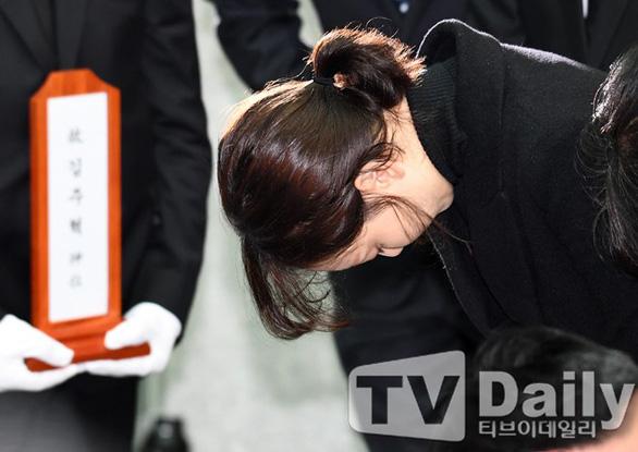 Song Joong Ki hoãn tuần trăng mật đến viếng Kim Joo Hyuk - Ảnh 7.