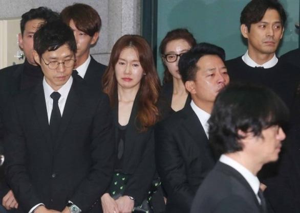 Song Joong Ki hoãn tuần trăng mật đến viếng Kim Joo Hyuk - Ảnh 8.